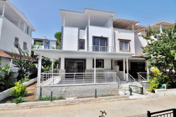 Altınkumda Satılık Havuzlu Sitede 4+1 Villa